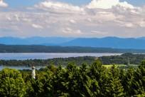 Zwiebelturmbewehrte Barockkircherln, See, sanft geschwungene Hügel, Berge, weißblauer Himmel - Bayern, wie's im Buche steht.
