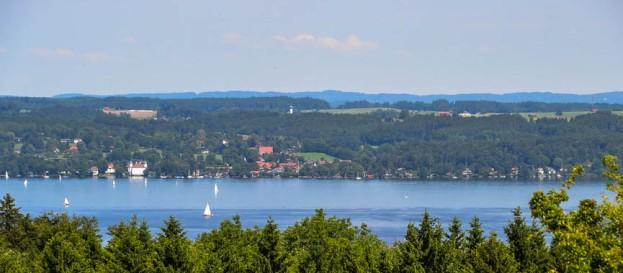 Das Bernrieder Schloß grüßt über den See
