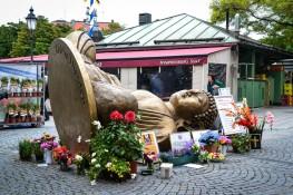 Kunstprojekt gestürzter Buddha am Viktualienmarkt