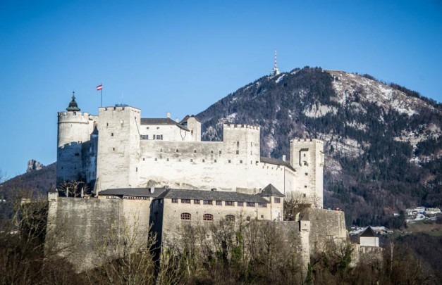 Die Feste Hohensalzburg strahlt im tiefstehenden Sonnenlicht