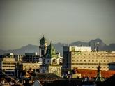 Über die Dächer und Türme des Münchner Ostens hinweg grüßt die Zugspitze