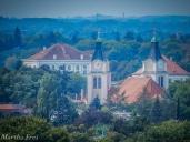 Die Christkönig-Kirche, dahinter ist das Hauptgebäude des Nymphenburger Schlosses zu sehen