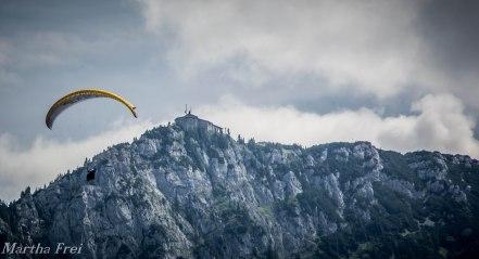 "Drachenflieger vor dem ""Eagle's Nest"""