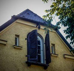 Interessante Verladetür an einem der alten Klinikgebäude