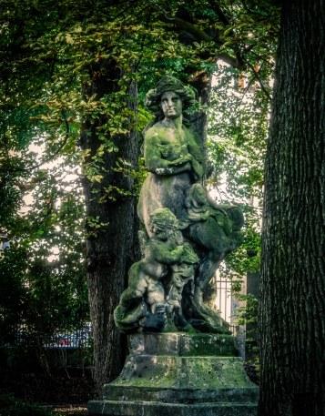 Diese schöne Statue ist Mittelpunkt des kleinen Parks