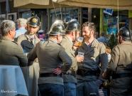 Meraner Feuerwehr in historischen Uniformen beim Löschen.