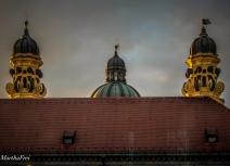 Die Türme der Theatinerkirche lugen über den Dachfirst des Westflügels der Residenz