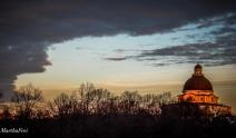 Das Abendrot bringt die Kuppel der Bayerischen Staatskanzlei zum Glühen
