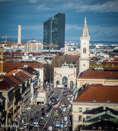 Siegestor, die Universitätskirche, und die Highlight-Towers