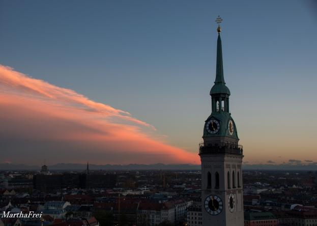 Rötlich-golden leuchtet der Saum der Wolkenfront, rechts der Turm des Oidn Peter